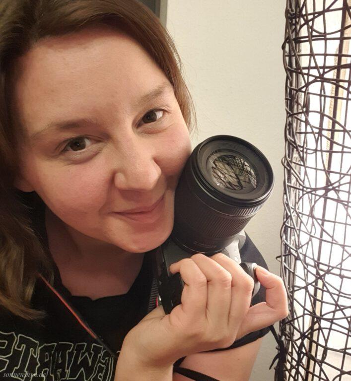 Ich halte überglücklich meine Canon EOS R in der Hand und grinse in die Kamera.