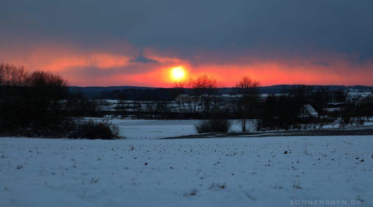 Ein Sonneruntergang im Schnee.