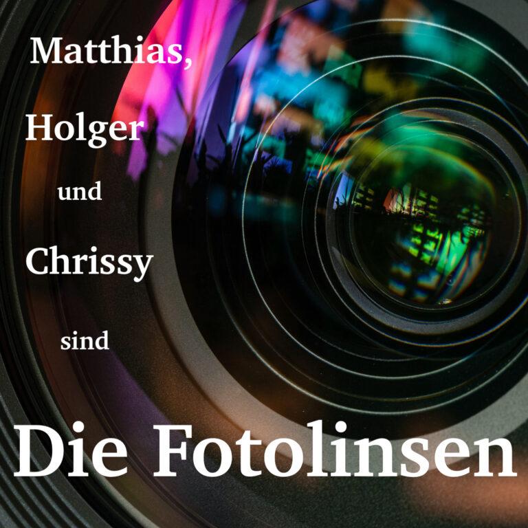 Das Logo der Fotolinsen - Ein Objektiv in dem sich bunte Farben mischen. Matthias, Holger und Chrissy sind Die Fotolinsen steht drauf,