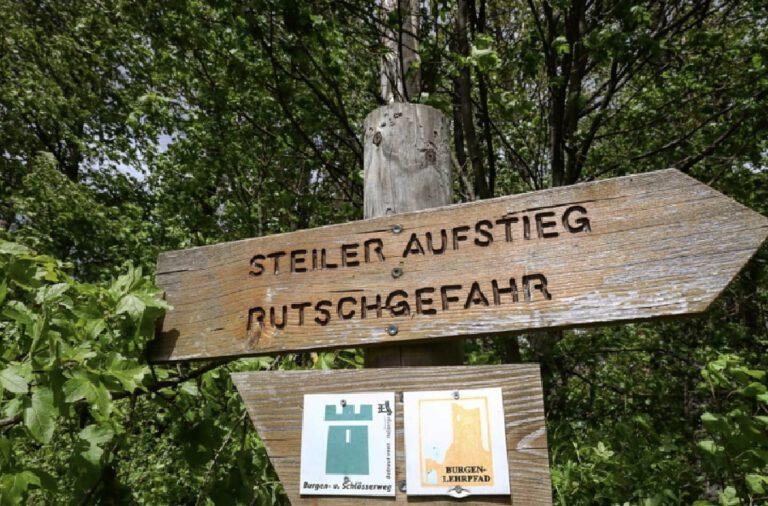 """Ein Schild auf dem steht """"Steiler Aufstieg - Rutschgefahr"""""""