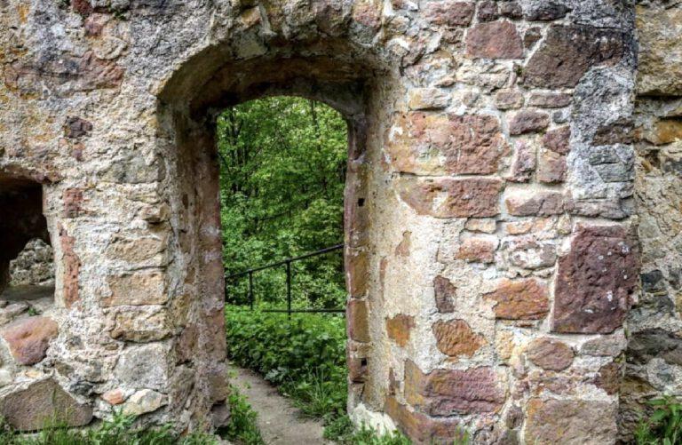 Eine Mauer, durch die ein Tor führt.