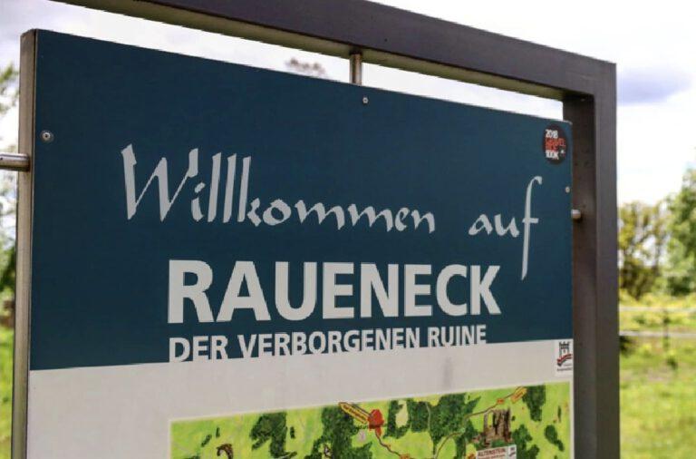 """Ein Schild mit der Aufschrift """"Willkommen auf Raueneck"""""""