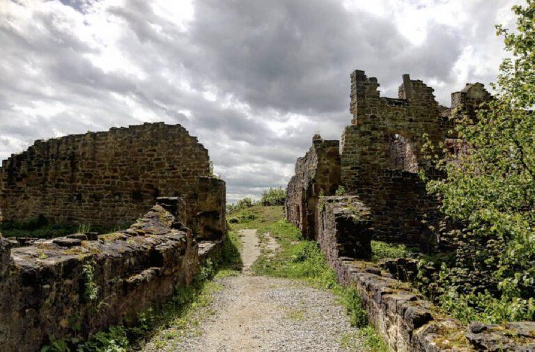 Die Mauern einer Burgruine.