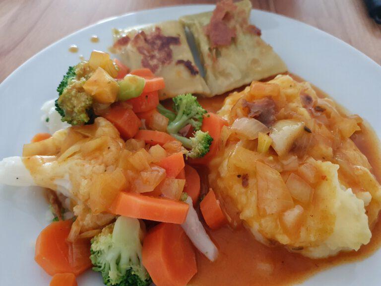 Maultaschen, buntes Gemüse und Kartoffelbrei.