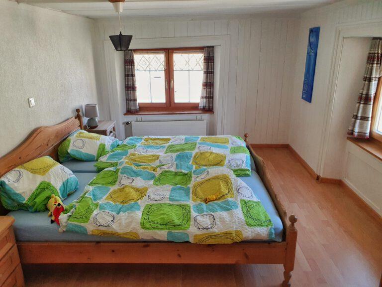 Ein Doppelbett mit bunten Decken