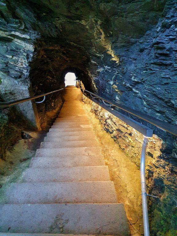Eine beleuchtete Treppe die nach unten führt.