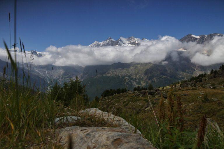 Wolkenverhangene Schneeberge