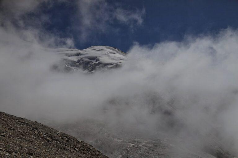 Viele Wolken und ein leicht schneebedeckter Gipfel