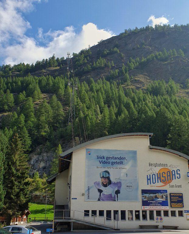 Die Bergbahn Hohsaas mit Gondeln zwischen den Nadelbäumen
