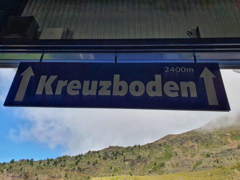 """Ein Schild mit der Aufschrift """"Kreuzboden 2400m"""""""