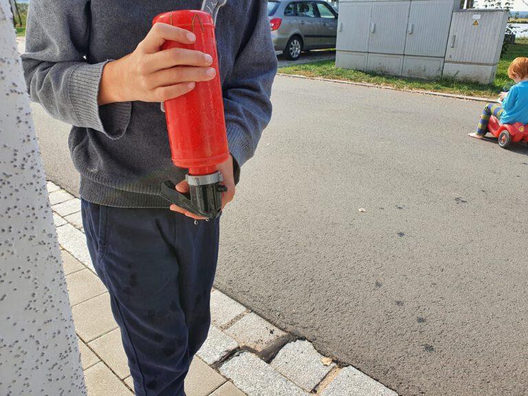 Ein Kind mit einer Wasserflasche.