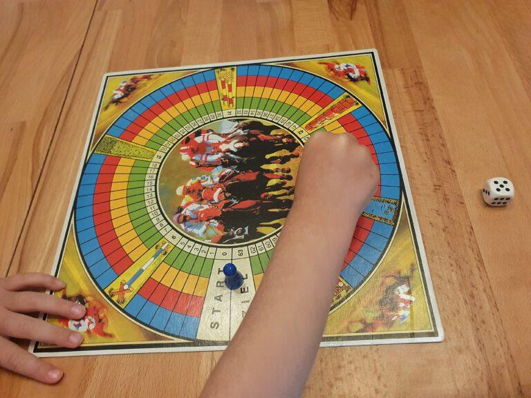 Kleine Kinderhände bespielen ein Brettspiel.