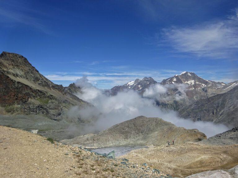 Berggipfel in denen Wolken hängen