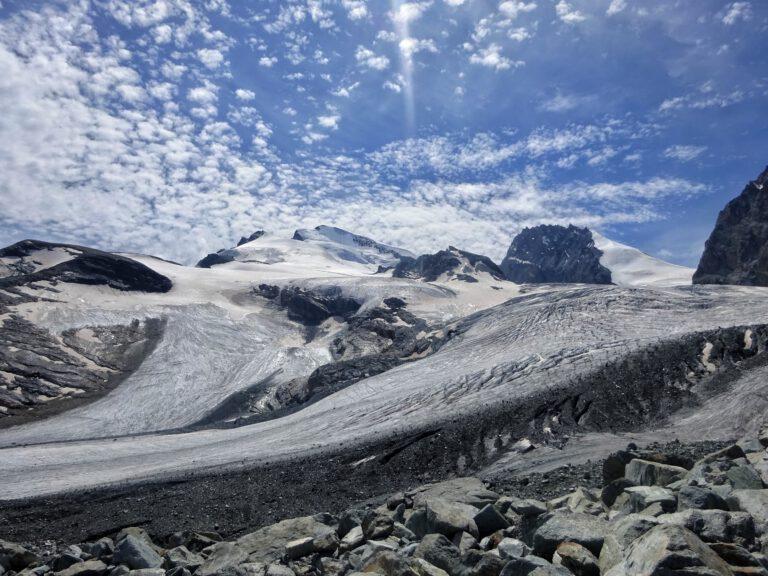 Ein schneebedeckter Gletscher mit blauen Himmel