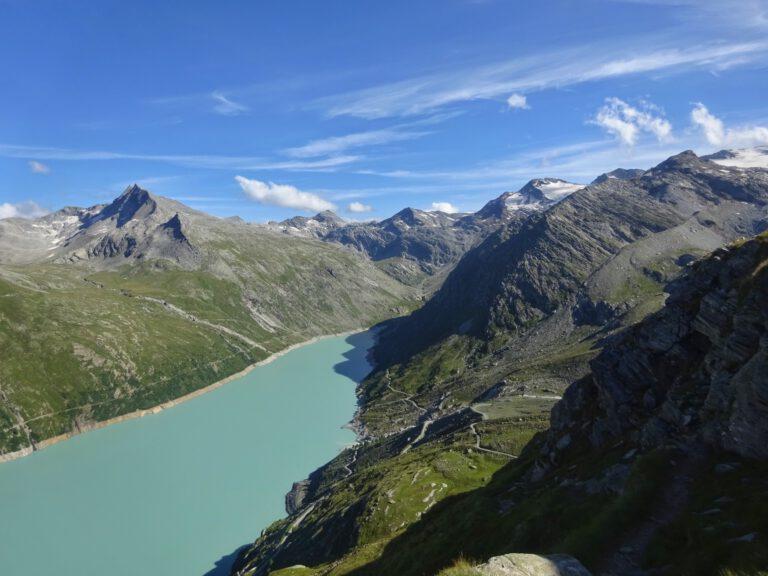 Der Mattmark Stausee mit seinem grün blauen Wasser, umgeben von Bergen