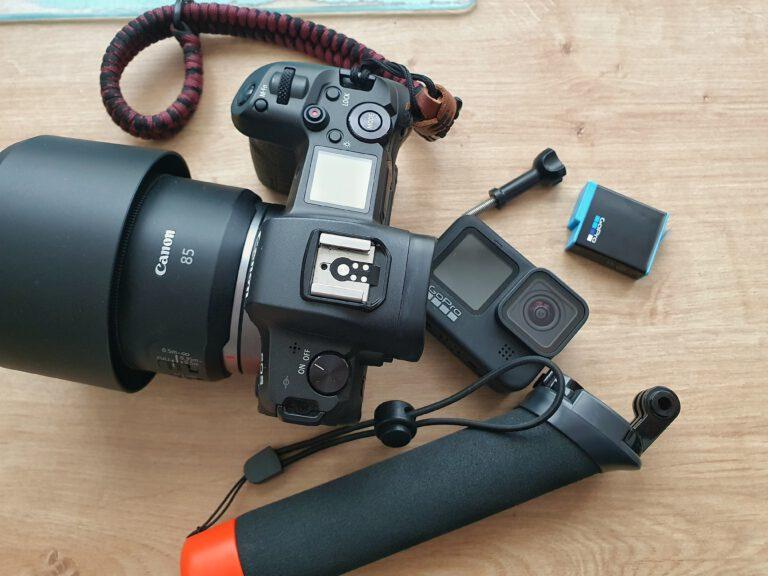 Eine Canon EOS R, eine GoPro, ein Stativ und ein Akku.