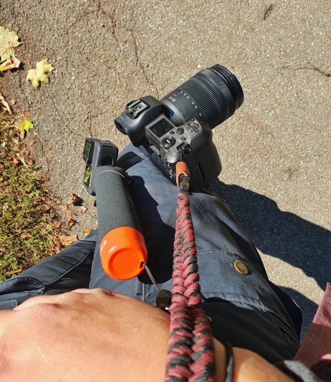 An meinem Handgelenk sind zwei Schlaufen. An der einen hängt die GoPro. An der anderen meine Kamera.